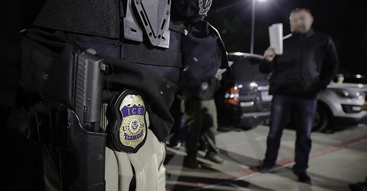Foto24 Agentes do ICE Foragido procurado por fraude é deportado ao Brasil