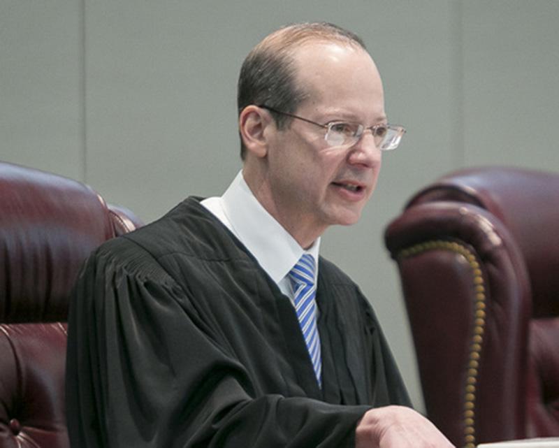 Foto14 Juiz Stuart Rabner Juiz limita batidas do ICE em tribunais de New Jersey