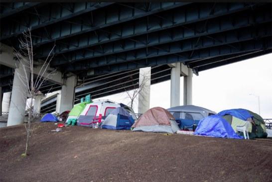 """Autoridades de LA acusam subúrbios de """"expulsarem"""" moradores de rua"""