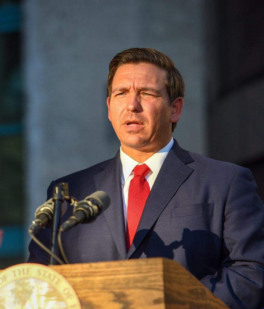Foto22 Governador Ron DeSantis Governador da Flórida assina decreto banindo cidades santuário