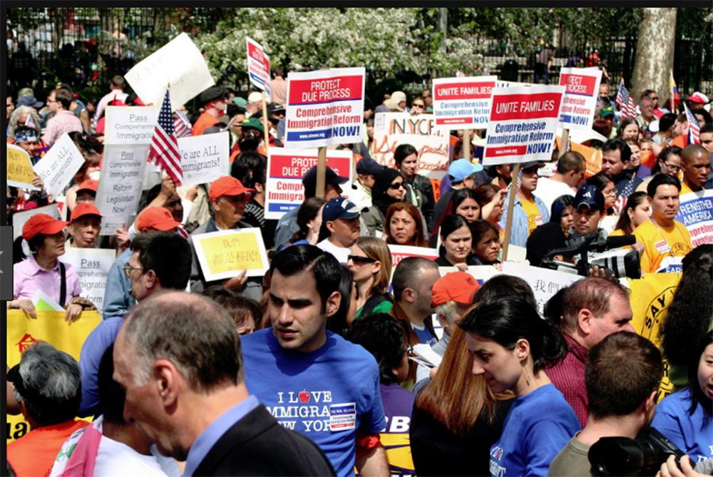 Foto24 Protesto em NYC População dos subúrbios de NY se opõe à carteira de motorista para indocumentados