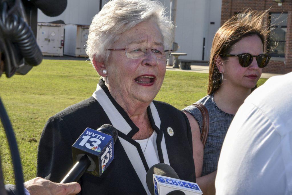 """Foto28 Kay Ivey Alabama aprova """"castração química"""" de predadores sexuais"""