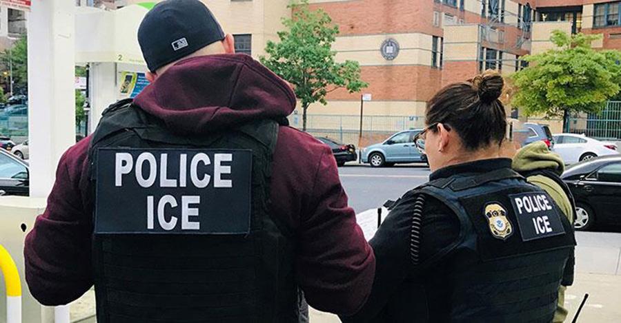 """Foto32 Prisao ICE  Agentes do ICE """"perdem a paciência"""" com política caótica de Trump"""