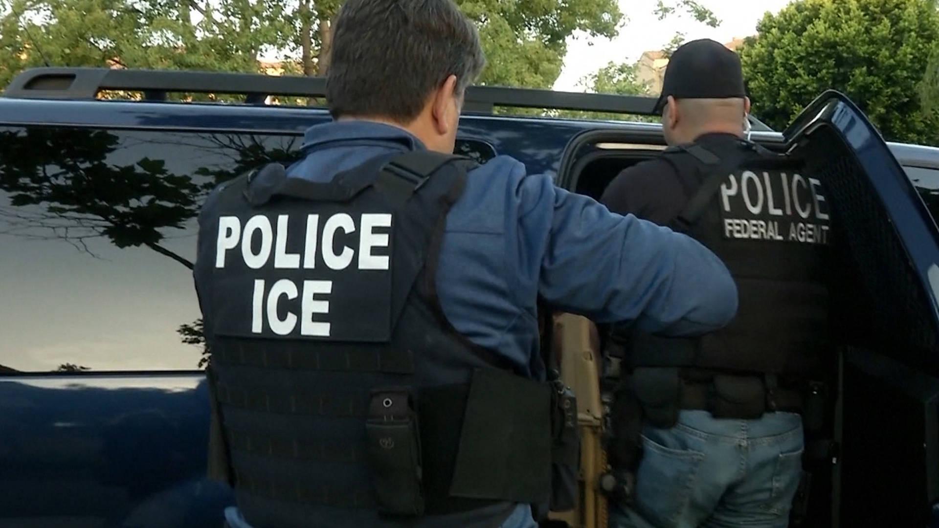 Foto18 ICE  Agentes do ICE realizam batidas, mas não puderam entrar em casas