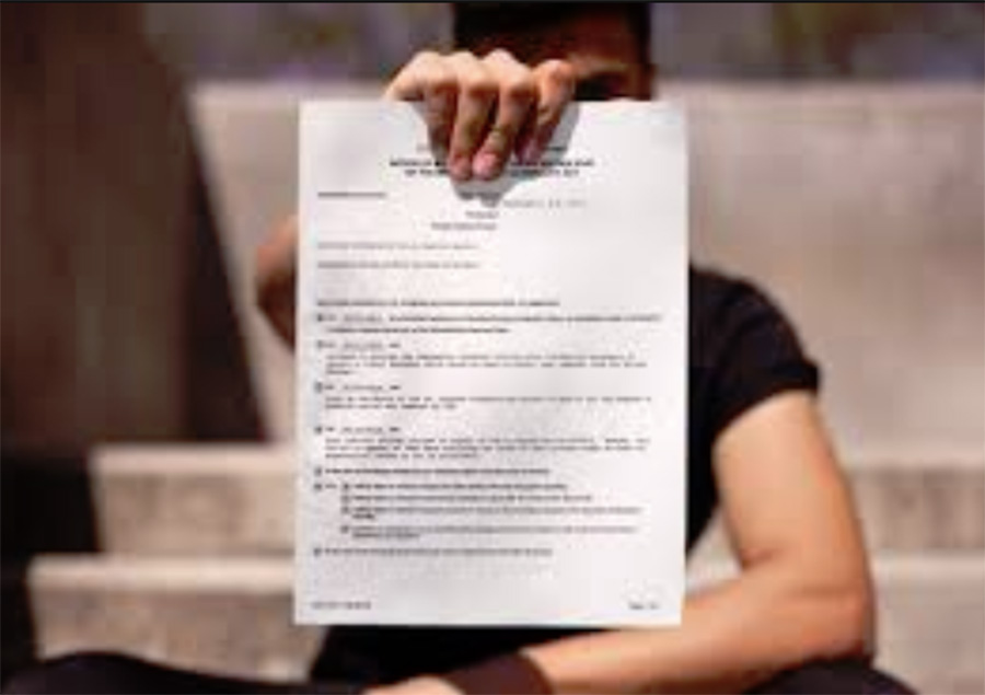 Foto11 Imigrante exibe carta do ICE Imigrantes abrigados em igrejas recebem multas altas do ICE