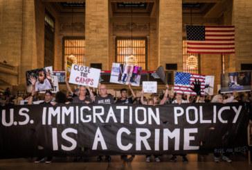 Manifestantes em NYC protestam contra as políticas de imigração de Trump