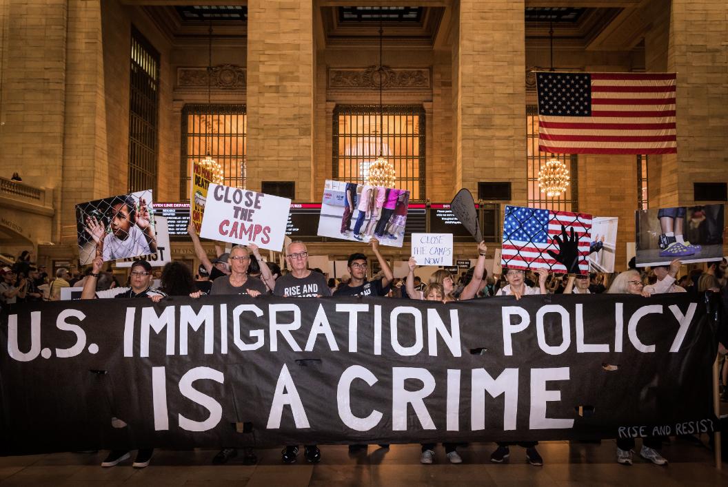 Foto18 Protesto Grand Central Terminal Manifestantes em NYC protestam contra as políticas de imigração de Trump