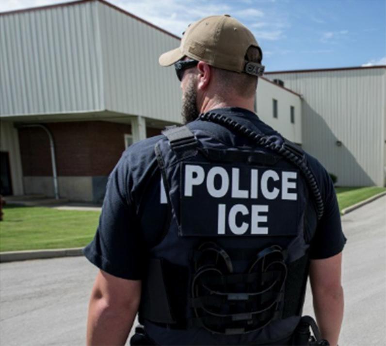 Foto6 Agente do ICE 1 Com visto e passaporte válidos, brasileira é presa pelo ICE