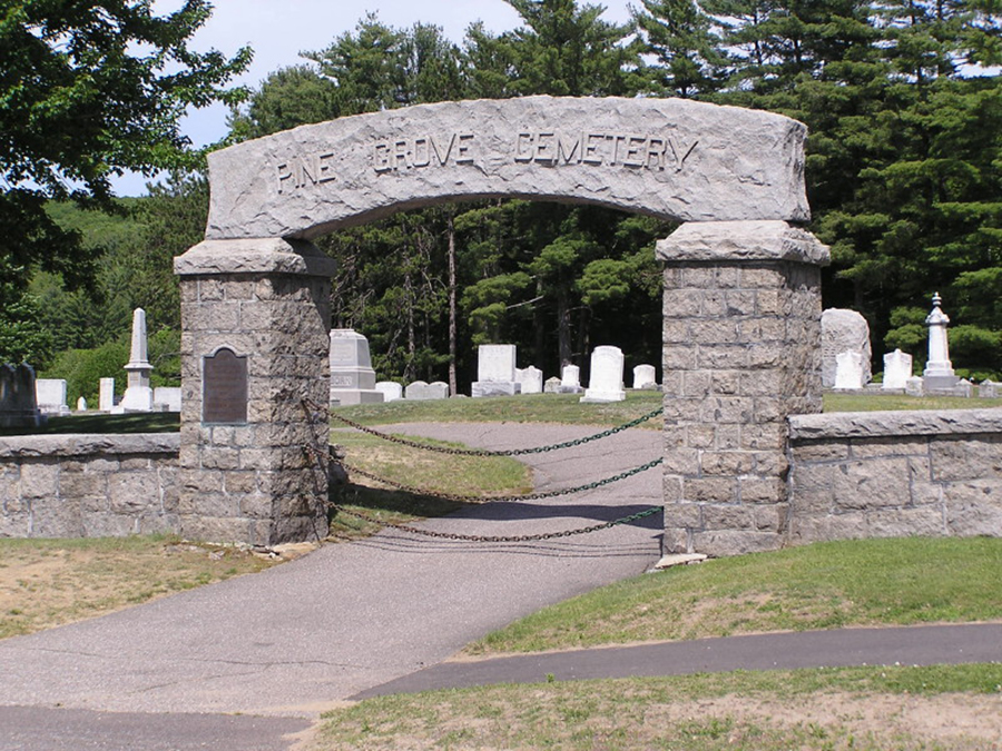 Foto6 Pine Grove Cemetery Brasileira morta a facadas pelo marido é sepultada em NH