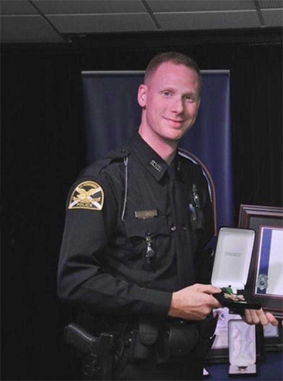 Foto18 Matthew Enhoffer Policial condecorado é acusado de pornografia infantil na FL