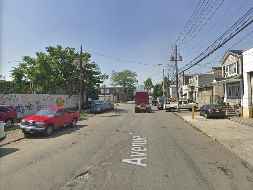 Foto22 Avenue C Newark NJ Ladrão armado rouba carro no bairro do Ironbound