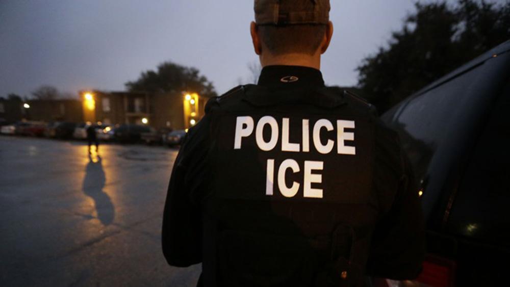 Foto24 Agentes do ICE Senhoria condenada a pagar US$ 17 mil por ameaçar denunciar inquilina ao ICE