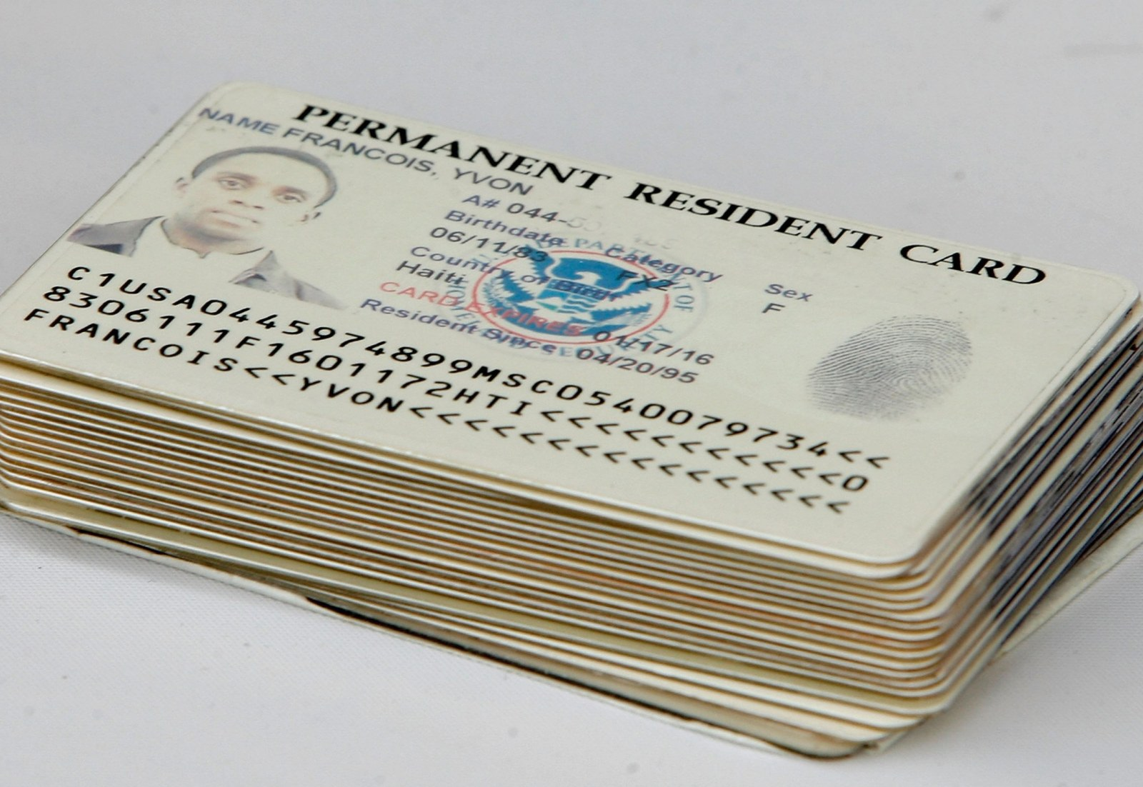 """Foto9 Green Cards Brasileiro é acusado de """"fabricar"""" green cards falsos em MA"""