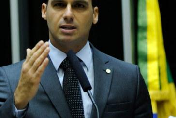 Eduardo Bolsonaro desiste de ser embaixador nos EUA