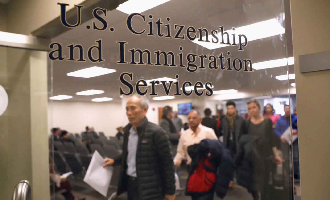 Foto24 USCIS  Governo cancela isenção de tarifas para imigrantes legais que recebem ajuda
