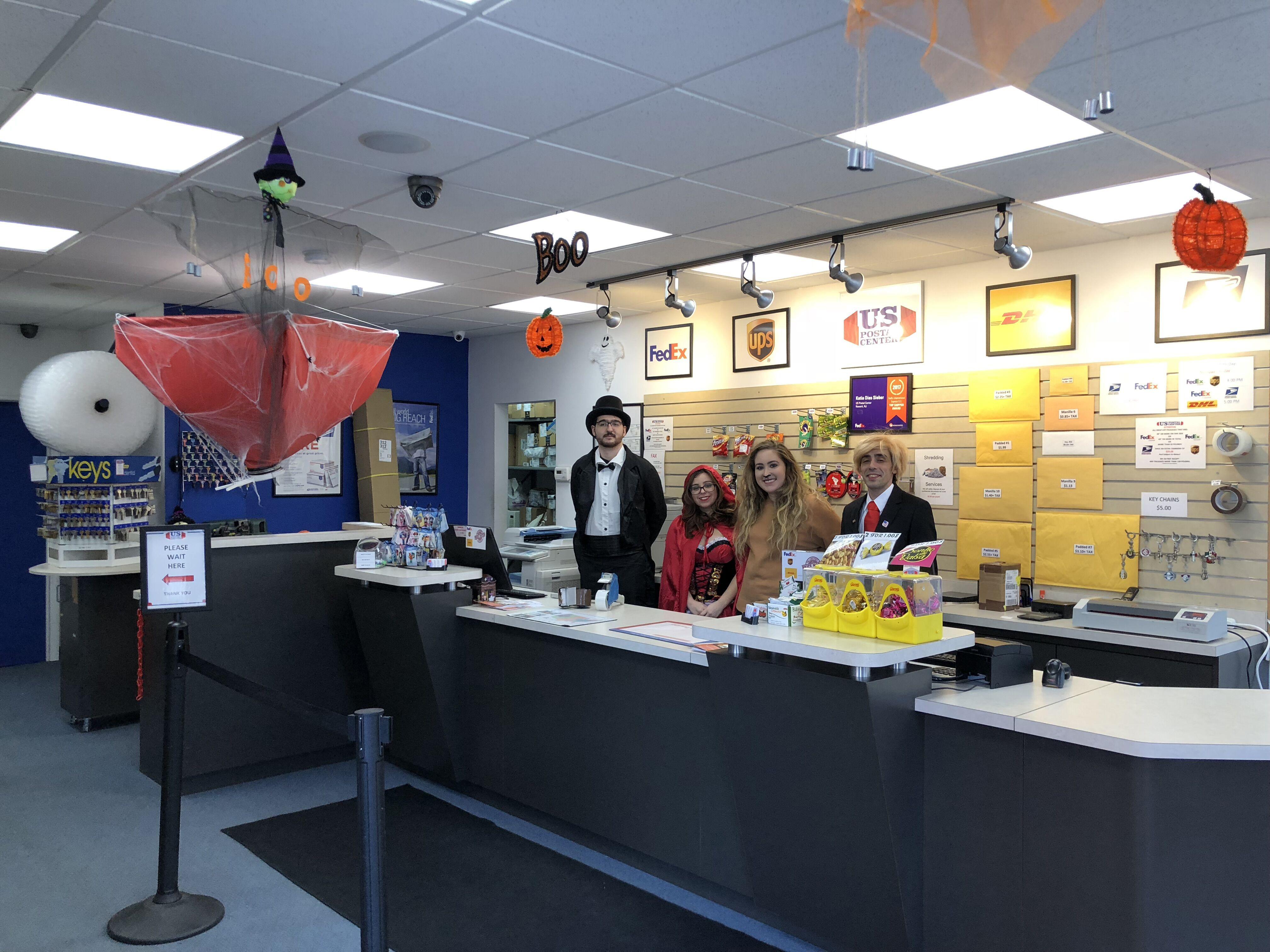 "Foto31 US Postal Center Halloween US Postal Center monta ""Sala Mal Assombrada"" no Halloween"