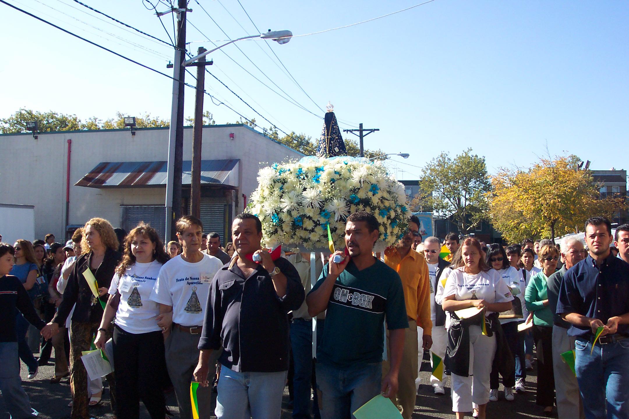 Foto8 Procissao Nossa Sra. Aparecida Igreja Saint James promove festa de Nossa Sra. Aparecida em Newark