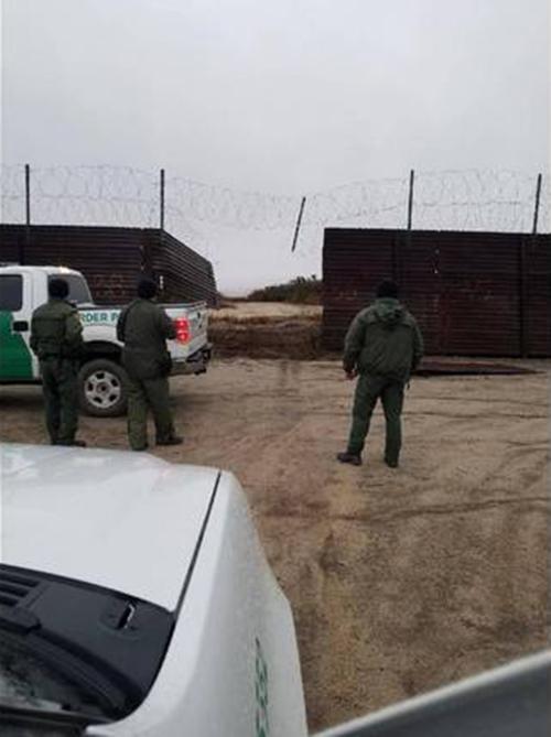 """%name """"Coiotes"""" abrem brecha em muro e passam com caminhão na fronteira"""