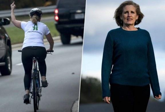 """Ciclista que """"mostrou dedo"""" para caravana de Trump vence eleições"""
