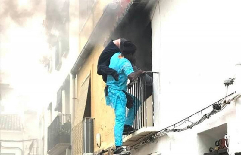 """Foto12 Gorgui Lamine Sow e Alex Caudeli Webster Indocumentado salva """"cadeirante"""" de prédio em chamas na Espanha"""