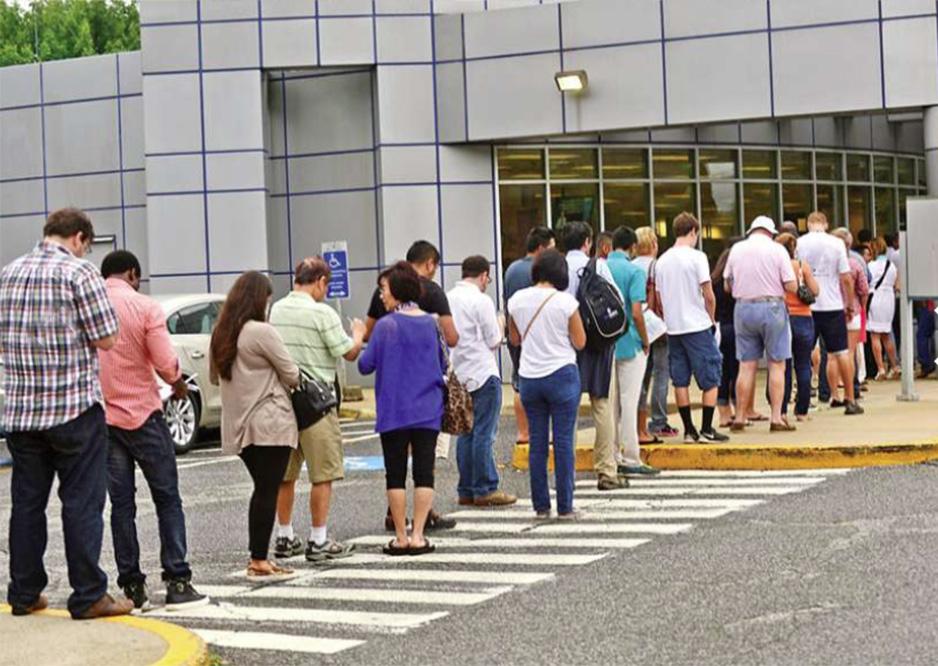 Foto21 Fila no DMV  DHS revisa leis que permitem a emissão de carteiras para indocumentados