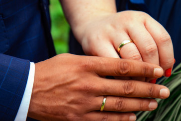 "Americana assume ter casado para ""vender green card"""