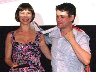 Atriz Maria Paula entrega prêmio a cineasta brasileiro em NY
